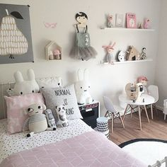 Love the bed covers and cushions and the pear picture