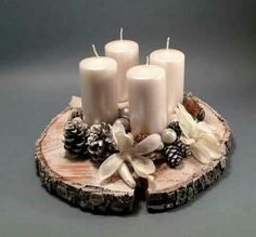 Belle, semplici e ottime da regalare (Con Tutorial) Adventní Na Bílo Adventní dekorace se čtyřmi svíčkami, průměr cca 28 cm. Noel Christmas, Christmas Candles, Rustic Christmas, Christmas Projects, Simple Christmas, Winter Christmas, Christmas Wreaths, Christmas Ornaments, Advent Candles