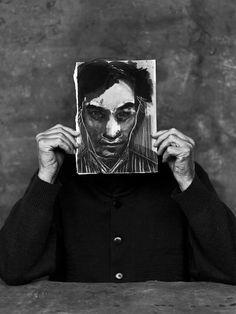Jan Hoet met een door Marlene Dumas gemaakt portret van hem. Foto: Stephan Vanfleteren