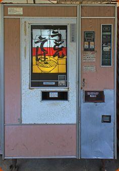 淡い木目調のパネルが採用された富士電機めん類自販機。 30年以上、自社で整備をしながら大事に使い込まれている。 Japanese Udon soba noodle vending machine! rare,and i want to visit for the vending machine someday