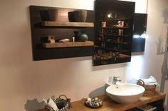 Piana lavabo realizzata in legno di olmo mensole e specchio