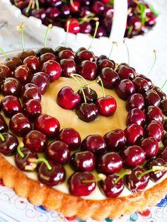 Cream tart cherries gluten-free - Un trionfo di ciliegie immerse nella crema pasticcera su un impasto alle mandorle gluten free. Ecco la Crostata di crema alle ciliegie!