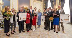 Koning Willem-Alexander heeft donderdagmorgen in Paleis Noordeinde de jaarlijkse Appeltjes van Oranje uitgereikt, de prijs voor sociale initiatieven van het Oranje Fonds.