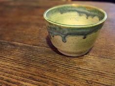 Enfin la boutique est traduite en français, plus de descriptions bizarres :) Allez donc jeter un oeil il reste des tasses, cuillères, bols, porte savons... #etsyfrance #poterie #céramique #thé #tasse #décoration #faitmain Etsy Shop, Boutique, Tableware, Soap Holder, Ceramic Pottery, Soaps, Mugs, Bowls, Dinnerware