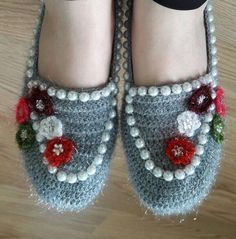 Crochet ideas that you'll love Crochet Slipper Pattern, Crochet Motif, Knit Crochet, Baby Knitting Patterns, Hand Knitting, Crochet Patterns, Crochet Boots, Crochet Slippers, Knit Shoes