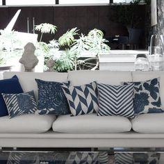 A Almofada Hortência Grande faz parte da Coleção Blend e possui uma estampa em azul aquarelada que transforma a peça em um item indispensável para decorar quartos ou salas com muito charme e elegância. Shop now> http://www.lolahome.com.br/almofada-hortencia-grande-740.aspx/p