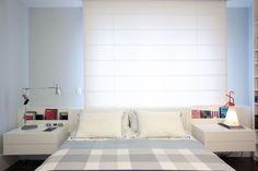 A cama desenhada pelo escritório do arquiteto contém os criados mudos com duas gavetas e os nichos para organizar os livros de cabeceira e controles remotos. Roupa de cama de algodão egípcio, da Auping