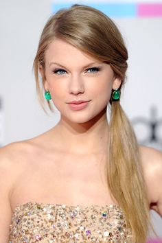 Best Picture of Taylor Swift Side Ponytail Hairstyle Taylor Swift Moda, Estilo Taylor Swift, Taylor Swift Style, Taylor Alison Swift, Swift 3, Side Ponytail Hairstyles, Girls School Hairstyles, Unique Hairstyles, Side Ponytails