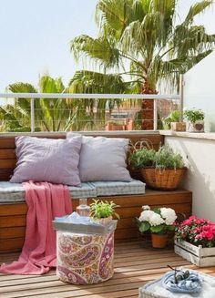 Tu balcón perfecto de verano: tejidos frescos como el lino, plantas para dar un punto de vida y alegría, cojines cómodos, velas y una superficie de apoyo para dejar tu libro favorito y las bebidas. #Terrazas #Balcones #DECOideas #100to14