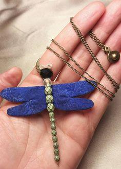 Mira este artículo en mi tienda de Etsy: https://www.etsy.com/es/listing/261257861/handmade-dragonfly-necklace-blue-fabric