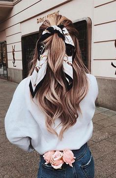 Peinados de otoño 2019 - - You are in the right place about clothes fashion art Here we offer you the most beautiful pictures about the clothes fashion style you are looking for. Medium Thin Hair, Medium Hair Styles, Curly Hair Styles, Medium Hair Braids, Hair Scarf Styles, Headband Styles, Long Curly Hair, Curly Blonde, Curly Bob