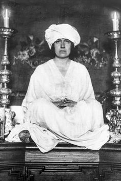 Mabel Dodge Luhan wearing a turban in a yoga pose; photo courtesy of Museum of New Mexico. Mabel Dodge Luhan and the company she kept (Gertrude Stein, Georgia O'Keeffe, Jean Toomer, Margaret Sanger, Aldous Huxley and more). Mabel Dodge Luhan, Margaret Sanger, Taos Pueblo, Pueblo Indians, Georgia Okeefe, American Modern, American History, Alfred Stieglitz, People Of Interest