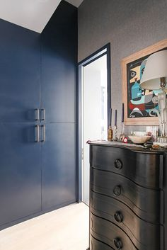 Interior designer Eddie Lee featured Vinyl Belgian Linen 4644 Van Buuren Blue in the dressing room of his Hell's Kitchen, NYC home. Transitional Bedroom, Dresser As Nightstand, Textured Walls, Interior Design Inspiration, Dressing Room, Bedrooms, Van, Wallpaper, Nice