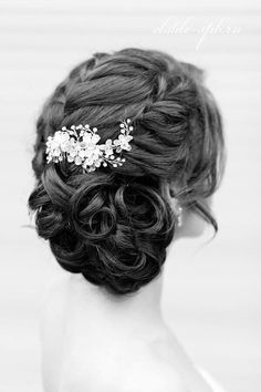 Image via We Heart It #beautiful #bridal #bride #brunette #chic #classic #classy #curly #formal #girl #girly #hair #hairdo #inspo #jewellery #jewelry #pretty #simple #hairinspiration #updo #formalhair #hairinspo