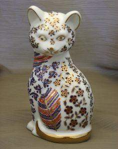 Japanese Imari style Kitty Cat porcelain figurine