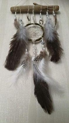 Iso unisieppari Unisiepparit ovat Amerikan Ojibwa-intiaanien perinnettä. Pajusta, lankaverkosta ja höyhenistä tehty taikakalu suodattaa pahat unet ja ajatukset ja päästää lävitseen hyvät unet ja ajatukset. Ojibwa-tarun mukaan hämähäkki-isoäiti (maailman luoja) kutoi unisiepparin karkoittamaan ihmiskunnan pahat unet. Pahat unet takertuvat unisiepparin verkkoon  ja valuvat höyheniä pitkin Äiti Maahan. Koko: 20x45cm Tehty Suomessa  http://www.salonsydan.fi/tuote/unisieppari-45cm/ #d