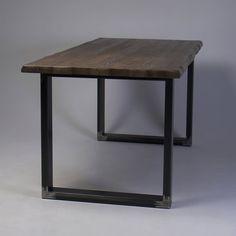Mesa de comedor moderna borde áspero  Forma moderna, combinada con la naturaleza recuperada de la madera, hace esta tabla vea fabuloso en cualquier entorno: ya sea un espacio de oficina ocupada o un acogedor salón. Las piernas de forma U ofrecen esta tabla con una estabilidad extra al mismo una tensión de los bordes ásperos de mesa una autenticidad de madera recuperada. Esta tabla puede ser por encargo a su propio tamaño y especificación.  Detalles del producto -Dimensiones: 63 x 31,5 x…