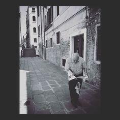 Les nouvelles n'attendent pas.  #biennale2017 #biennale #venise #venedig #venezia #news #newspaper #portrait #portraitphotography #man #uomo #homme #wanderlust