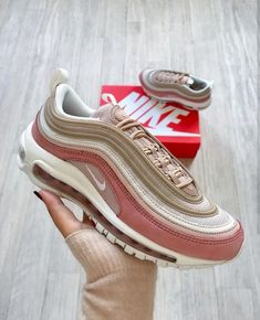 Nike Air Max in rosé/beige // Foto: nawellleee (I… Sneakers Mode, Best Sneakers, Sneakers Fashion, Fashion Shoes, Nike Air Max Tn, Air Max 97, Nike Air Shoes, Nike Shoes Outlet, Shoes Jordans