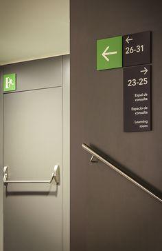 Museu de Cultures del Món de Barcelona / Ajuntament de Barcelona / 2015 Map Signage, Directional Signage, Wayfinding Signs, Outdoor Signage, Signage Design, Environmental Graphic Design, Environmental Graphics, Hospital Signage, Architectural Signage