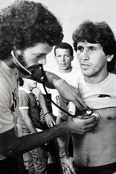 Zico publica foto sendo examinado por Sócrates na Seleção Brasileira
