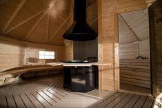 Een finse kota is een 8-hoekige blokhut volgens fins traditioneel uiterlijk. De blokhut wordt gebruikt als grillkota of saunakota. De ruimte wordt optimaal benut en het geeft een heerlijke sfeer. Barbecue Grill, Perfect Place, Tiny House, Tub, Backyard, Cabin, Places, Furniture, Outdoors