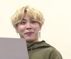 Find images and videos about kpop, bts and jimin on We Heart It - the app to get lost in what you love. Bts Funny, Bts Memes Hilarious, Jimin Funny Face, Bts Meme Faces, Funny Faces, Pokerface, Les Bts, V Bts Wallpaper, Bts Reactions
