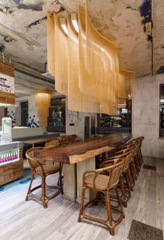 Wavy ceiling solutions of the Brothers' Karavaev Café in Moscow. Made up of 5 chain veils in brillia Roof Ceiling, Ceiling Decor, Ceiling Design, Cafe Interior Design, Interior Architecture, Cafe Restaurant, Restaurant Design, Japanese Restaurant Interior, Interior Lighting