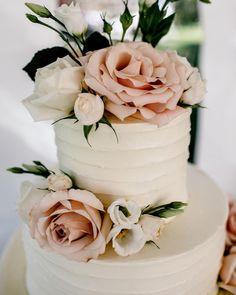 Quicksand roses on this beautiful wedding cake made by amazingly talented baker Natasha @natalka_cakery . . . . . #bellingham… #amazingweddingcakesbeautiful #weddingcakes