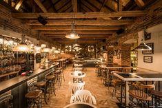 Une atmosphère vintage Comment créer une ambiance vintage dans un restaurant ? Tout d'abord en misant sur des objets qui vont rappeler des souvenirs à votre clientèle : un tourne-disque, de la vaisselle en porcelaine, de jolis miroirs à l'ancienne, un lé de papier peint rétro, un buffet en bois, miroir en rotin…Vous pouvez tout aussi bien ancrer votre décoration dans une époque donnée : déco années 50 ou 60. Mais soyons clairs : il ne s'agit pas ici de tomber dans l'ambiance brocante ou