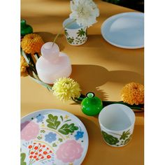 Marimekko's Onni collection features Oiva tableware adorned with a delightful floral pattern by Fujiwo Ishimoto from Vases by Carina Seth Andersson. Marimekko Fabric, Scandinavian Living, Nordic Design, Goods And Services, Ceramic Plates, Small Flowers, Interior Design Inspiration, Flower Vases, Decoration