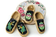 Lisa Shepherd, Métis, moccasins Beaded Moccasins, Beaded Shoes, Native Beadwork, Native American Beadwork, Embroidery Flowers Pattern, Flower Patterns, Creative Arts And Crafts, Nativity Crafts, Leather Projects