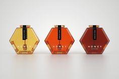 Tout est dit dans le titre… Le designer russe Maksim Arbuzov a conçu un magnifique concept de packaging pour du miel. Inspirés des cellules hexagonales qui se trouvent à l'intérieur des ruches d'abeilles, ces pots de miel tout simples mais très esthétiques dévoilent le côté naturel du produit en un…