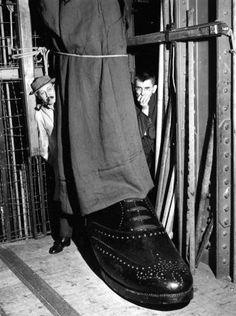 Robert Doisneau - Jean-Marie Serreau met en scène « Amédée ou comment s'en débarrasser » de Ionesco (Georges Lafaye, décorateur) 1961