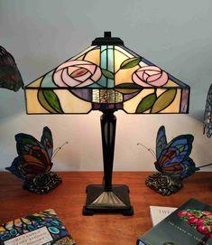 Lampada da Tavolo Tiffany con Fiori Quadrata, altezza 53 centimetri, larghezza di ogni lato del paralume Tiffany di 35 centimetri