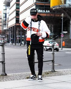 The hand over the face is a trend in this street fashion trend Tomboy Fashion, Streetwear Fashion, Mens Fashion, Fashion Outfits, Street Fashion, Men Street, Street Wear, Off White Belt, Jersey Fashion