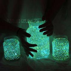 Pour le réaliser il te faut :  - des pots en verres bien nettoyés - de la peinture phosphorescente  Un peu d'eau de la lumière, la magie opère   Sur http://juliasespiratesetlechat.blogspot.fr/2012/06/une-idee-brillante-et-poetique-diy.html