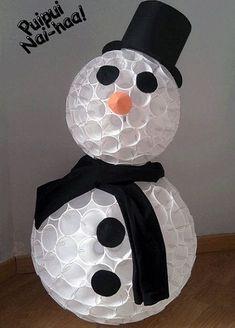 muneco de nieve con vasos de plastico                                                                                                                                                                                 Más