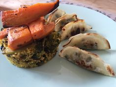 Fusión de Delicias - Cous Cous - Brócoli - Champiñones - Cebolla roja - Pipas de girasol tostadas - Aderezo de Curri, limón, aceite de oliva.  Calabaza al horno con orégano, miel y ajo. Glosas Vegetales