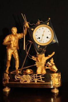 Empire pendule anno 1810 Hoogte : 40 cm Breed : 32 cm Signatuur > Paris Originele puntgave emaille wijzerplaat 8 daags touwslinger uurwerk met origineel bijhorende touwslinger. Slagwerk op hele en halve uren slaande op zilveren bel