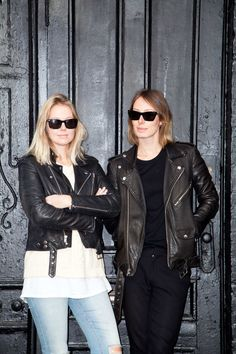 jaqueta de couro + óculos escuros