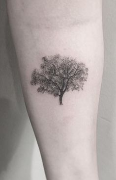 50 Gorgeous and Meaningful Tree Tattoos Inspired by Nature's Path - KickAss Things - beautiful oak tree tattoo tattoo artist Zeke Yip ? Oak Leaf Tattoos, Maple Tree Tattoos, Oak Tree Tattoo, Forest Tattoos, Nature Tattoos, Friendship Tattoos, Small Tattoos For Guys, Sister Tattoos, Cute Tattoos