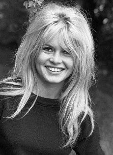Brigitte Bardot póló A rajzfilmhősös nyári pólók és az óriás virágokkal díszített felsők mellett idén a vintage fotókkal nyomott pólók is nagyon menőnek számítanak, ezért aztán a francia márka, aMajeaz egyik legnépszerűbb francia ikont, Brigitte Bardot-ot nyomta felsőire.   Bár félő, hogy ha Brigitte...
