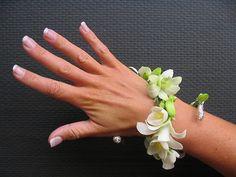 Deze polscorsage is een alternatief voor het bruidsboeket. Je kunt hem de gehele dag dragen als sieraad en je houdt je handen vrij. arr. Regina Bloemsierkunst Den Haag