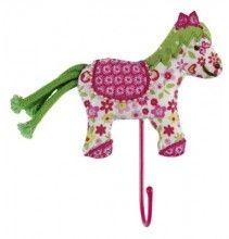 Dit vrolijke kledinghaakje heeft de vorm van een paardje en zal op een meidenkamer niet alleen praktisch zijn, maar ook leuk.