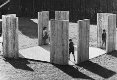 Enzo Mari, The big stone game, Carrara, 1968. Campo giochi per bambini composto da otto lastre di travertino e pavimentato con lastre di ardesia.