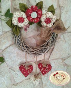 the creations of antonella Felt Decorations, Valentine Decorations, Christmas Bags, Christmas Wreaths, Foam Crafts, Diy And Crafts, Fabric Wreath, Wreaths And Garlands, Wedding Wreaths