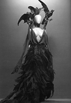 Savage Beauty the birds costume idea Holy CRAP this is amazing! I want to do t… Savage Beauty the birds costume idea Holy CRAP this is amazing! Dark Fashion, Gothic Fashion, Fashion Art, Fashion Design, Dress Fashion, Suit Fashion, Raven Costume, Bird Costume, Dark Fairy Costume