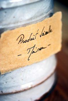 MON PRODUIT VAISSELLE MAISON (super facile et méga efficace)     1 savon de Marseille / Alep (sans huile de palme) – 100 g.*     entre 0.8 et 1 L. d'eau     2 càc de bicarbonate de soude (ou sodium, de son nom chimique)     2 CàS de vinaigre blanc     2 CàS de cristaux de soude - à ne pas confondre avec la soude caustique !!! (ou, à défaut, de produit vaisselle biologique)*     une vingtaine de gouttes d'huiles essentielles, au choix : teatree, citron, eucalyptus, thym, orange…