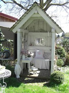 Adorable garden shed! ~ Landliebe-Cottage-Garden: April-Grüße ~ http://landliebe-cottage-garden.blogspot.no/2016/04/april-grue.html?m=1